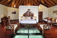 Wasserbungalow mit Bodenfenster im ROBINSON Club Maldives