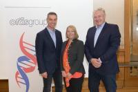 Markus Lengauer (zukünftiger CEO), Annika Paasikivi (stellvertretende Vorsitzende des Board of Directors) und Pekka Kuusniemi (CEO) (v.l.n.r.). / Bildquelle: Oras Group