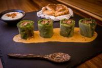 Massaman Mai: Querrippe vom Rind mit Fois Gras, schwarzer Chili-Bohne, Datteln, Kopfsalat, Minze und Erbsen Joghurt Brot