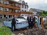 Melanie und Hubert Drayer, Geschäftsführer Wohlfühlhotel Michels, mit Heinrich Kusenbach und Frank Lentes vom RWE Firmenkundenvertrieb bei der Inbetriebnahme / Bildquelle: