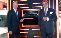 Auf der Pressekonferenz zur IFA 2017 kreiert Miele eine neue Produktgattung: Hier präsentieren Dr. Markus Miele (links) und Dr. Reinhard Zinkann den Dialoggarer. (Foto: Miele)