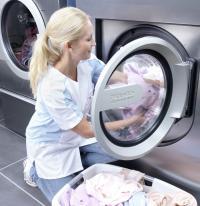 """Lässt sich dank großer Tür leicht beladen: Eine Waschmaschine aus der neuen Baureihe """"Performance Plus"""" von Miele Professional. Der Türverschluss kann einfach mit einem Fingerdruck geöffnet oder geschlossen werden. / Bildquelle: Miele Professional"""