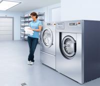 Saubere Sache: Auf Waschmaschinen wie diese (vorn) gewährt Miele Professional jetzt einen Preisnachlass. / Bildquelle: Miele Professional