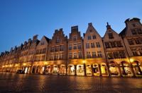 Nachtaufnahme des Prinzipalmarkt in Münster mit mittelalterlichen Fassaden und Läden in den Arkaden