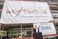 """Michael Haupt, Vorstand der Isaria Wohnbau, enthüllt den Namen """"my4walls"""". / Bildquelle: © katjaboehm"""