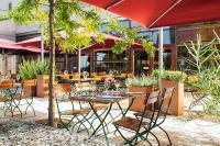 NH Vienna Airport: Wiener Kaffee und leckere Speisen auf der sonnigen Terrasse genießen. / Bildquelle: NH Hotel Group