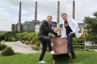 Steffen Müller, RADIO 21-Chef (v.l.) und Sven Elverfeld (Aqua-Küchenchef) freuen sich auf das geplante Rock-Dinner im Aqua / Bildquelle: NiedersachsenRock 21 GmbH & Co. KG