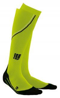 Nightrunning Socks: Eine auffällige Farbe und seitliche Reflektoren lassen den Läufer in den CEP Night Running Compression Socks nun auch im Dunkeln sichtbar werden, Bildquelle CEP