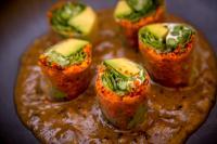 Gerichte im NITHAN THAI - Fuero Asparagus: Spargel mit verschiedenem Chili, Koriander und Salat in Reispapier auf einer Pilzsauce