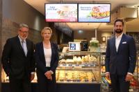 v.l.n.r. Heiner Kamps (Gesellschafter), Hiltrud Seggewiß (Vorsitzende der Geschäftsführung), Robert Jung (Mitglied der Geschäftsführung) / Bildquelle: NORDSEE Franchise GmbH
