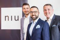 David Etmenan und Mario Pick (beide rechts im Bild) freuen sich über den neuen Director of Sales Jan Schwarzer / Bildquelle: Novum Hotel Group
