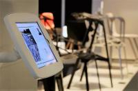 24 Multimedia-Stationen informieren in der Galerie am Party Rent Stand zu den ausgestellten Produkten und Services / Bildquelle: Party Rent Group