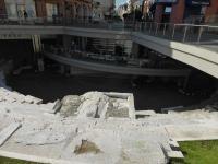 Plovdiv: Vorn das Amphitheater, dahinter ein Restaurant, darüber die Altstadt: Irre!