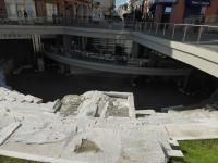Vorn ein kleines Amphitheater, dahinter ein Restaurant, darüber die Altstadt: faszinierend