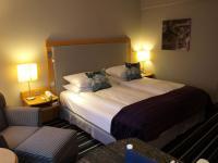 Schicke Zimmer mit prima Betten. Für einen HSV-Fan allerdings schmerzhaft, aber schick umgesetzt: Die Werder Bremen-Bilder (oben rechts), die es im gesamten Hotel zu sehen gibt ;-)