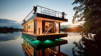 Das Luxus Hausboot am Abend / © REV HOUSE