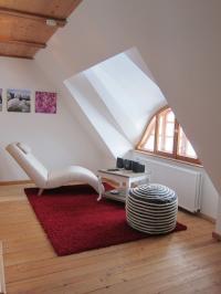 Gaube mit Designersessel im Reet-Ferienhaus Diekhof