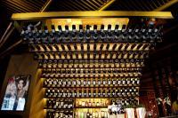 ...einer imposanten Bar....