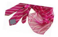 Krawatte aus italienischer Seide mit trendien Streifen. Logo im Codino ton in ton eingewebt. Seidenschal in Chiffonmit dezenter Logopositionierung, passend zur Krawatte