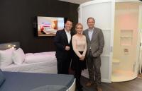 v.l.n.r.: Holger Behrens und Sandra Zschach (Rilano Hotels) sowie Gunther Gamst (Daikin) / Bildquelle: Rilano Hotels & Resorts