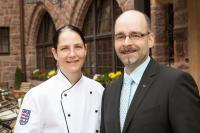 Neu-Küchenchefin Annett Reinhardt mit Vorgänger Peter Herrmann / Bildquelle: Romantik Hotel auf der Wartburg