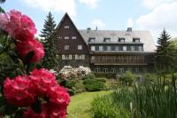 Das Romantik Hotel Jagdhaus Waldidyll liegt idyllisch an einem Seerosenteich inmitten des Fichtenwaldes des Erzgebirges. Bildquelle: Romantik-Hotel Jagdhaus Waldidyll, Bildquelle Medienkontor