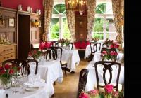 "Das Restaurant ""Der Feengarten"" erstrahlt nun in noblem Karminrot. Bildquelle: Romantik-Hotel Jagdhaus Waldidyll"