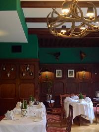"Das Restaurant ""Der Feengarten"" erstrahlt nun in noblem Karminrot. Bildquelle: Romantik-Hotel Jagdhaus Waldidyll."