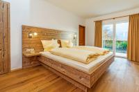 Schlafraum mit Doppelbett / Bildquelle: Salzburg Chalet