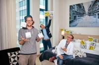 Malte Schremmer (Geschäftsführer Goldeimer), Tobias Albert (Director of Sales & Marketing Scandic Hamburg Emporio), Enno Schröder (Geschäftsführer Goldeimer) / Bildquelle: Scandic / Stefan Groenveld