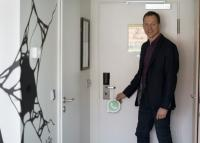 Neuer Service: Heiko Kain (GM Scandic Berlin Kurfürstendamm) mit dem neuen Schild. / Bildquelle: Scandic Hotels