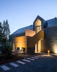 Das Dachgeschoss wird über eine skulpturale Außentreppe und die schlanke Dachgaube erschlossen, die der längs gerichteten Gebäudeform einen vertikalen Akzent gibt.; Bildquellen Lignotrend, Weilheim-Bannholz