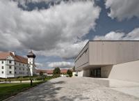 Schloss Hohenkammer mit modernem Ensemble