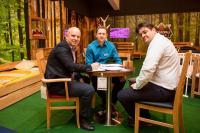 """Die neue Marke """"Schwarzwald Massivholz"""" überzeugte sogar die Branchenriesen bei der Fachmesse M.O.W. in Bad Salzuflen. Arben Kelmendi (Mitte) und Michael Fijacko (rechts) stellten den Messebesuchern ihre Innovationen vor"""