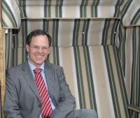 Rolf Seelige-Steinhoff im Strandkorb / Quelle: Seetel Hotel GmbH & Co KG