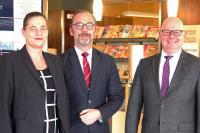 Thomas Liedl (rechts) ist neuer Direktor des Maritim Strandhotel Travemünde. Es gratulieren Maritim Regionaldirektorin Claudia Damsch-Oepping und der ehemalige langjährige Direktor Oliver Gut. / Bildquelle: K.E. Vögele
