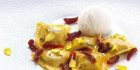Le Violette, Eis mit Parmigiano Reggiano DOP, Pendolino-Tomaten mit Schweinebacke von den Römischen Hügeln und Rosmarinöl / Bildquelle: Surgital S.p.A.
