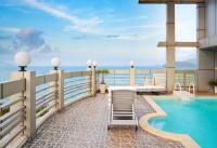 Hotel Pool vor dem Strand von Nha Trang, Vietnam