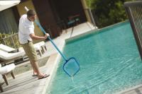 Auch so ein typischer Job für Saisonarbeit im Hotel: Die Reinigung eines Pools