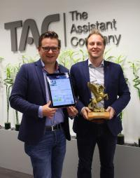Gernot Tobisch, Director Operations und Thomas Rössler, Geschäftsführung TAC (v.l.n.r.) mit ausgezeichnetem Web Design und dem Pegasus Award. / Bildquelle: TAC | The Assistant Company