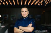Kulinarischer Berater Tim Raue / © Nils Hasenau
