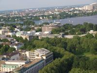 Zukünftige Luxushotels unter sich: Links unten das Grand Elysée Hamburg und mittig vor der Außenalster noch eingerüstet das 'The Fontenay Hamburg'