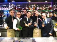 """Das Team von """"theos"""" Bar mit den neuen Signature Cocktails. (Bildquelle: Pullman Munich)"""