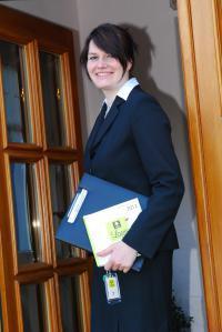 Tina Wessolek am Eingang ihres Logis Hotels Auberge Gutshof in Bischofswerda; Bildquelle Logis Hotel Auberge Gutshof