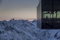 Das Gourmetrestaurant IceQ im Ötztal liegt in über 3.000 Metern Seehöhe am Rettenbachferner. Es war einer der Drehorte für den 24. James-Bond-Film SPECTRE / Copyright: Ötztal Tourismus / Rudi_Wyhlidal