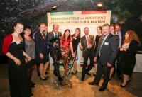 Bild: Gerd Ripp (TOP-Tagungshotelier 2017) mit einigen Mitarbeitern und Mitarbeiterinnen,  die ihn bei der Gala-Verleihung in Pforzheim überrascht haben; Bildquelle Gerd Ripp