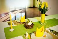 Bildunterschrift: Mit Tork Servietten, Tischsets und Bestecktaschen in frischen Gelb-, Grün- und Brauntönen hält der Frühling Einzug auf dem Tisch / Bildquelle: Tork
