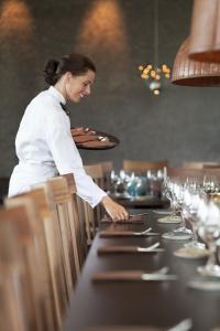 Warme Braun-Töne eignen sich perfekt für einen herbstlich eingedeckten Tisch. / Bildquelle: Tork