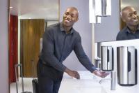 Die Tork luxuriöse Schaumseife besitzt eine besonders cremige, verwöhnende Schaum-Textur — ideal für ein angenehmes Händewasch-Erlebnis in exklusiven Waschräumen. / Bildquelle: SCA Hygiene Products AFH Sales GmbH / Tork