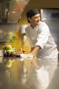 Küchenmitarbeiter können mit einfachen Tricks den Hygiene-Status verbessern und punkten damit bei amtlichen Kontrollen. / Bildquelle: SCA Hygiene Products AFH Sales GmbH / Tork